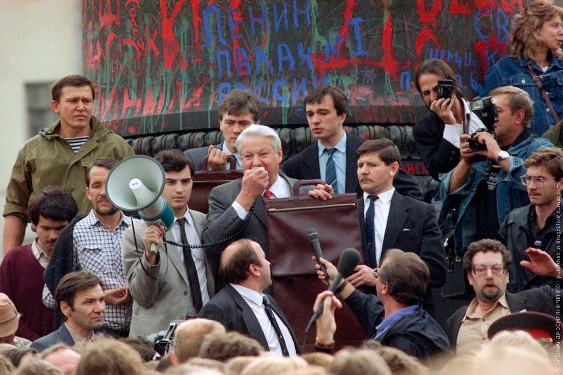 в августе 1991 года собравшиеся у белого дома в москве защищали