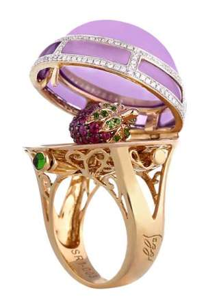 Обручальные кольца появились в I веке до нашей эры. Ими обменивались в знак  любви и верности. Позднее появились кольца, которые дарили в знак помолвки. d0832c798c0